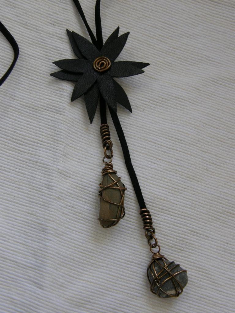 Halsband med blomma av återanvänt läder (från vinterstövel!), prydnads-stenar från trädgården. Blomman går att skjuta upp och ned längs mockabandet.