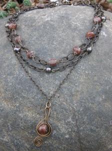 Halsband med Vintaj Natural Brass-kedjor, brun jade och odlade sötvattenspärlor.