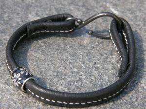 Armband av återanvänt läder, silverpläterad lackad metallpärla.