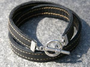Armband av återanvänt läder (har varit en länsstol!).