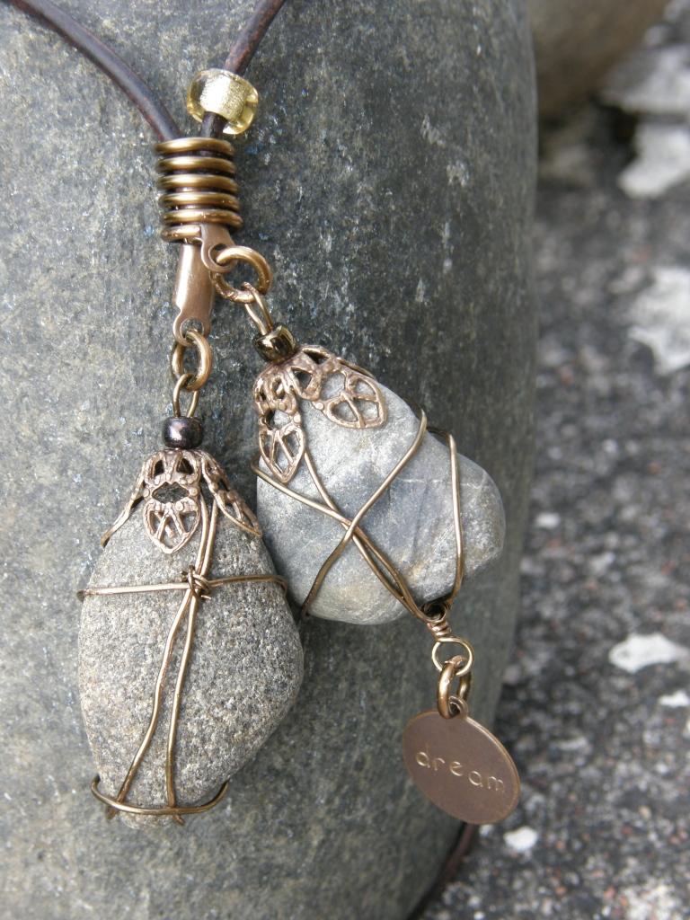 Detalj av halsband: strandfynd och Vintaj Natural Brass!
