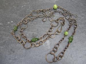 Halsband av Vintaj Natural Brass (färdig ked plus handgjorda delar), grön jade och returglaspärlor.