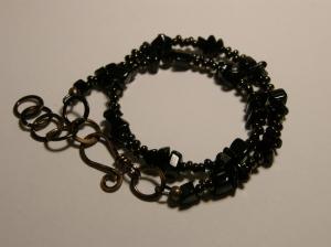 Armband/kort halsband i onyx och glaspärlor, med handgjort lås.