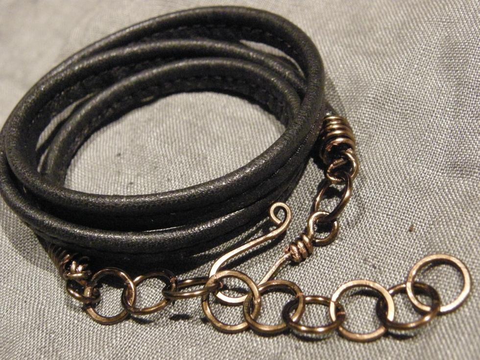 Läderarmband av återanvänt läder (har varit en länsstol!), lås av Vintaj Natural Brass-koppartråd.