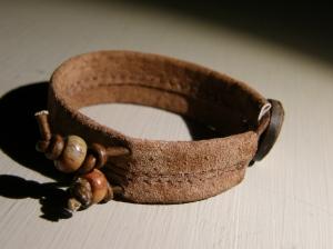 Armband i återanvänd mocka (en urmodig kappa!), jaspispärlor på läderrem, kokosknapp.