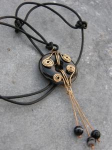 Halsband med onyx-rondell och mässingsdetaljer.