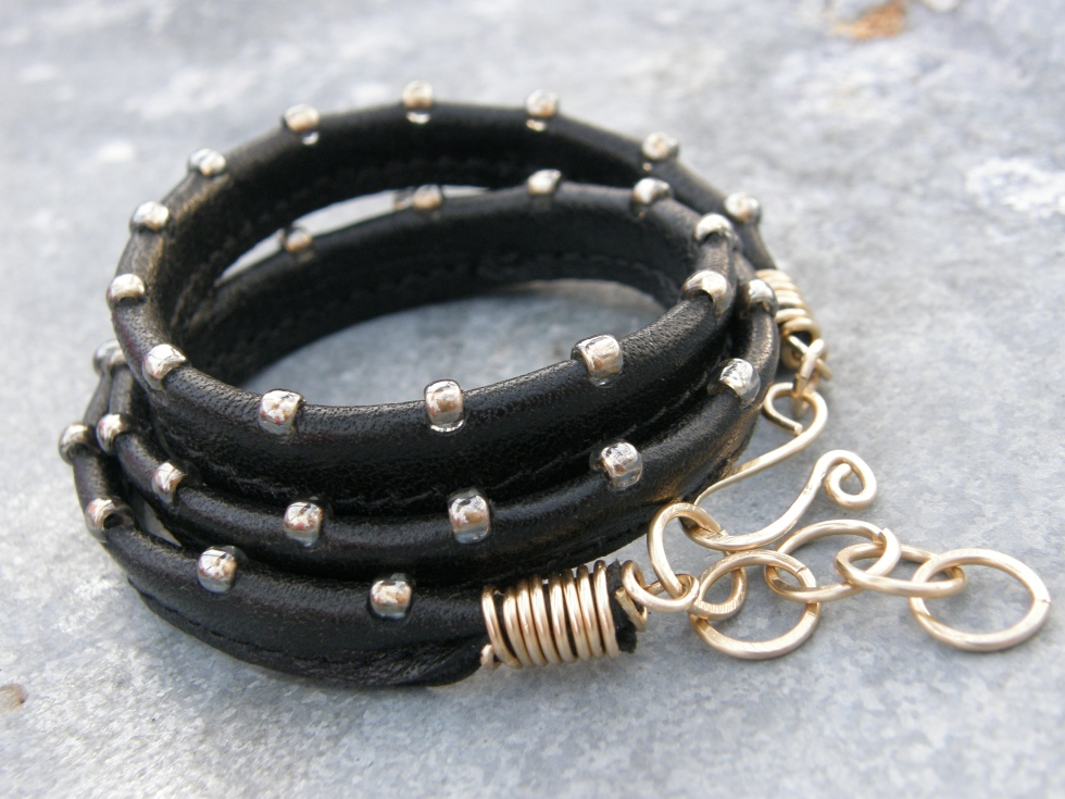 Armband i återanvänt läder (det här var en gång en bit av en länsstol!), fastsydda japanska glaspärlor, och handgjort lås i mässing.