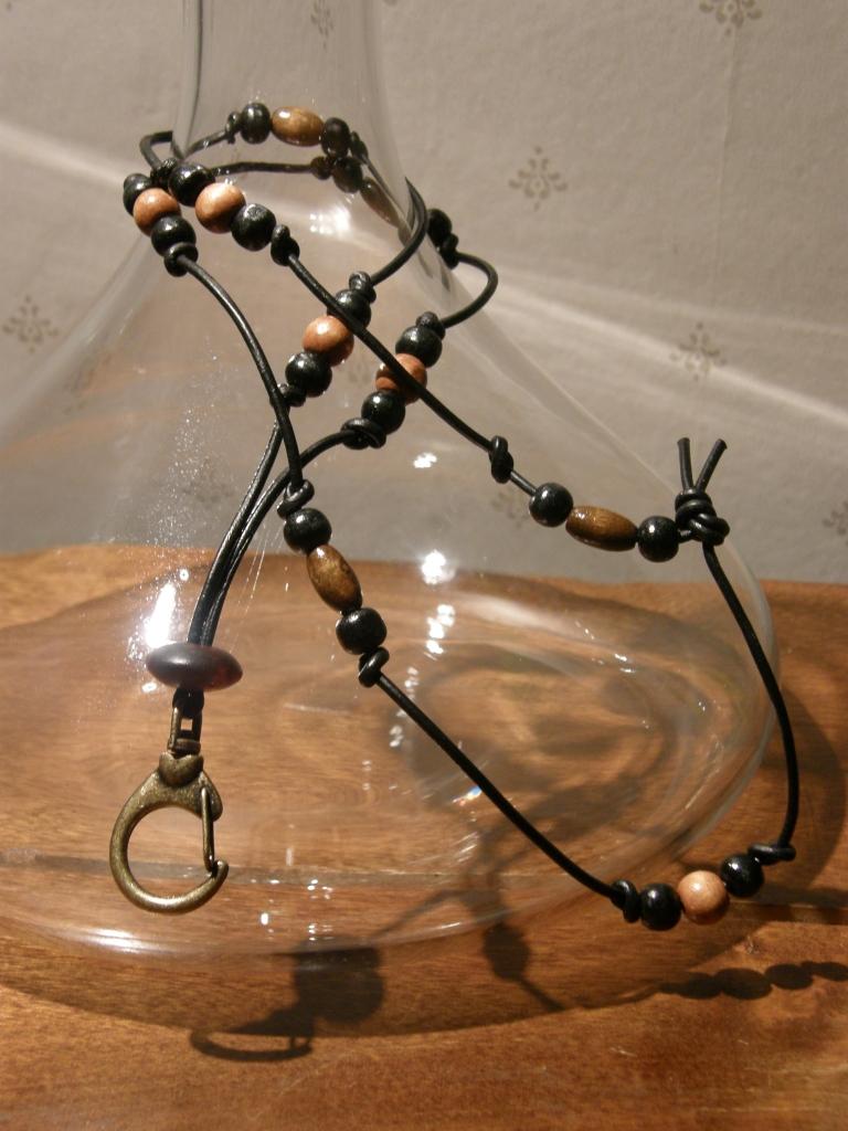 Nyckelband, träpärlor på läderband.