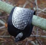 Armband i återanvänt läder och laxskinn.