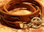 Tredubbelt armband i läder, med iträdd rem. Det här har jag gjort många varianter på, med olika varianter av smala remmar med och utan pärlor och olika lås. Finns också i svart.