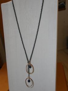 Tjeckiska glaspärlor, coh hängen av ihoplödd bronstråd. Stenar: sunset dumortierite.