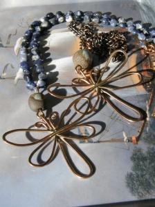 Bronstråd, egna keramikpärlor. Kopparkedja, och sodalit på blå vaxad lintråd.