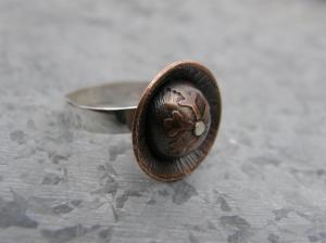 Ring i sterlingsilver (av 1 mm:s silverplåt), etsad, formad, patinerad, polerad och vaxad koppar. och