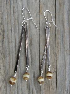 Hamrad, parinerad och lackad koppartråd, sterlingsilverkrokar. Tjeckiska glaspärlor.