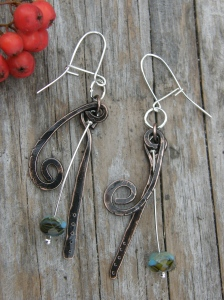 Koppartråd, hamrad, texturerad, patinerad och lackad. Sterlingsilverkrokar och pärlnålar. Tjeckiska glaspärlor.