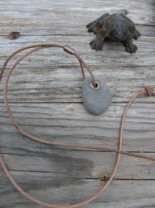 Vanlig sten, koppar, lädersnöre.