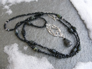 Hänge i sterling silver (hoplödd 1,5 mm:s tråd). Onyx och sardonyx, tjeckiska facetterade glaspärlor, norsk månstensdroppe.