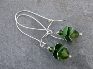 Grön provrörskork i aluminium, silvertråd, glaspärlor.  Green test tube cap in aluminium, sterling silver wire, glass beads.